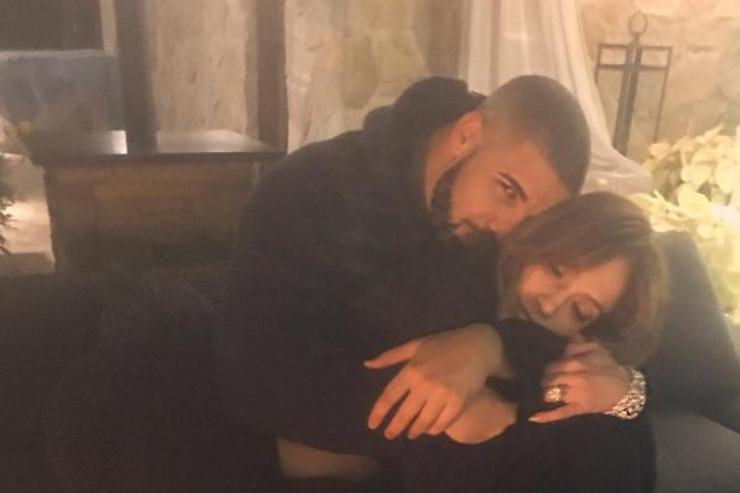 Drake and Jennifer Lopez snuggle.